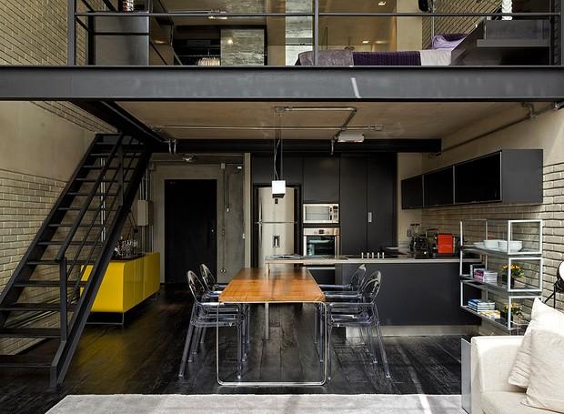 Os tons preto e cinza predominam o apê de 100 m², no estilo dos lofts nova-iorquinos. Projeto do arquiteto Diego Revollo (Foto: Divulgação)