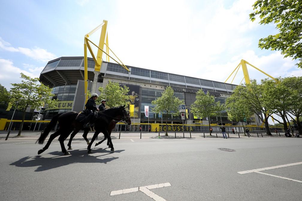 Polícia montada patrulha as cercanias do estádio do Borussia Dortmund sem qualquer torcedor por perto  — Foto: Getty Images