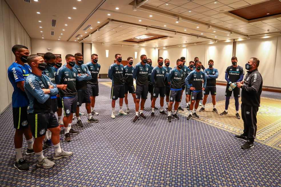 Elenco do Grêmio conversa com Carlos Amodeo no Equador — Foto: Lucas Uebel/Grêmio