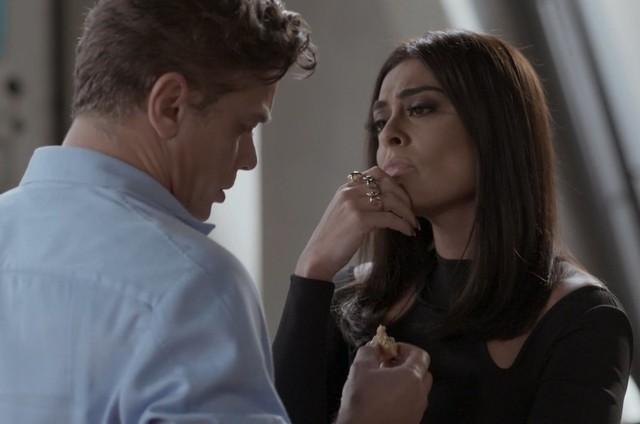 Arthur (Fabio Assunção) e Carolina (Juliana Paes) em 'Totalmente demais' (Foto: TV Globo)