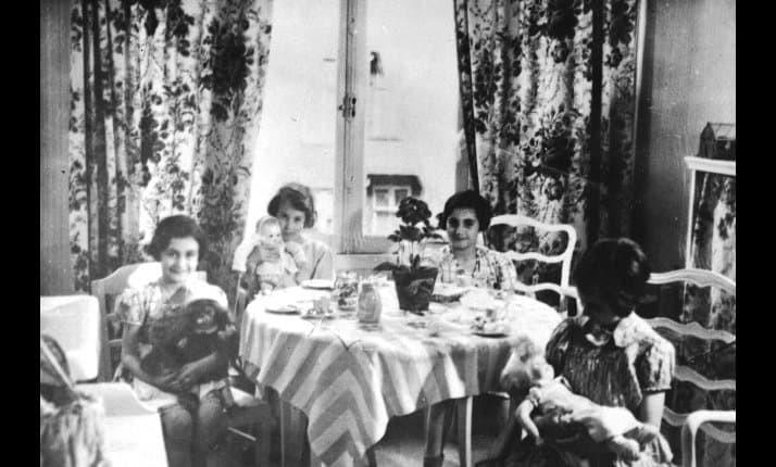 Anne (à esquerda) e Margot (segunda à direita) brincam com crianças judias alemãs (Foto: United States Holocaust Memorial Museum | courtesy of Penny Boyer)