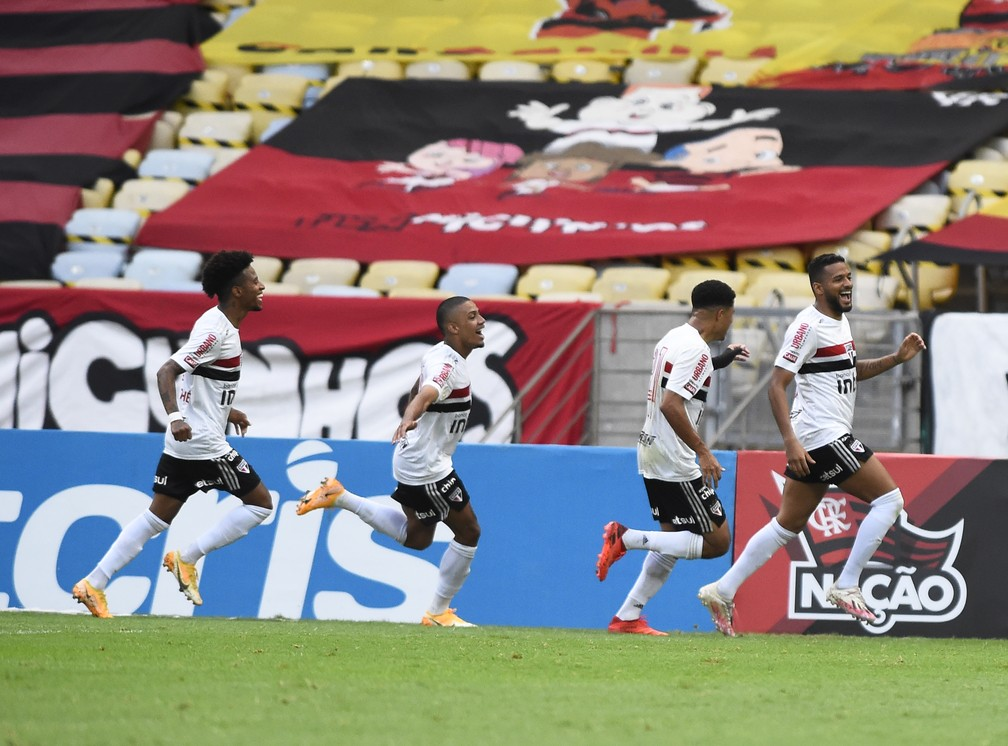 Reinaldo, do São Paulo, comemora o gol de pênalti contra o Flamengo — Foto: André Durão