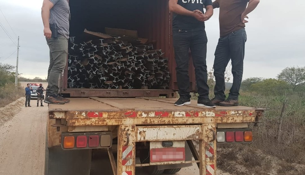 Grupo já estava com trilhos em caminhão para serem repassados a receptador — Foto: Divulgação/Polícia Civil