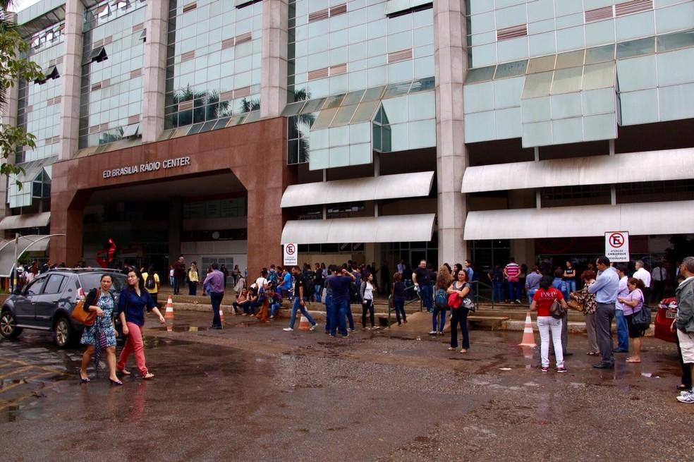 Prédio na W3 Norte é esvaziado após tremor de terra em Brasília (Foto: Álvaro Costa/TV Globo)
