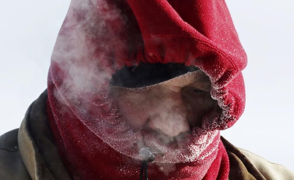 Homem se protege do frio em Wisconsin durante vórtice polar nos EUA — Foto: John Ehlke/West Bend Daily News via AP