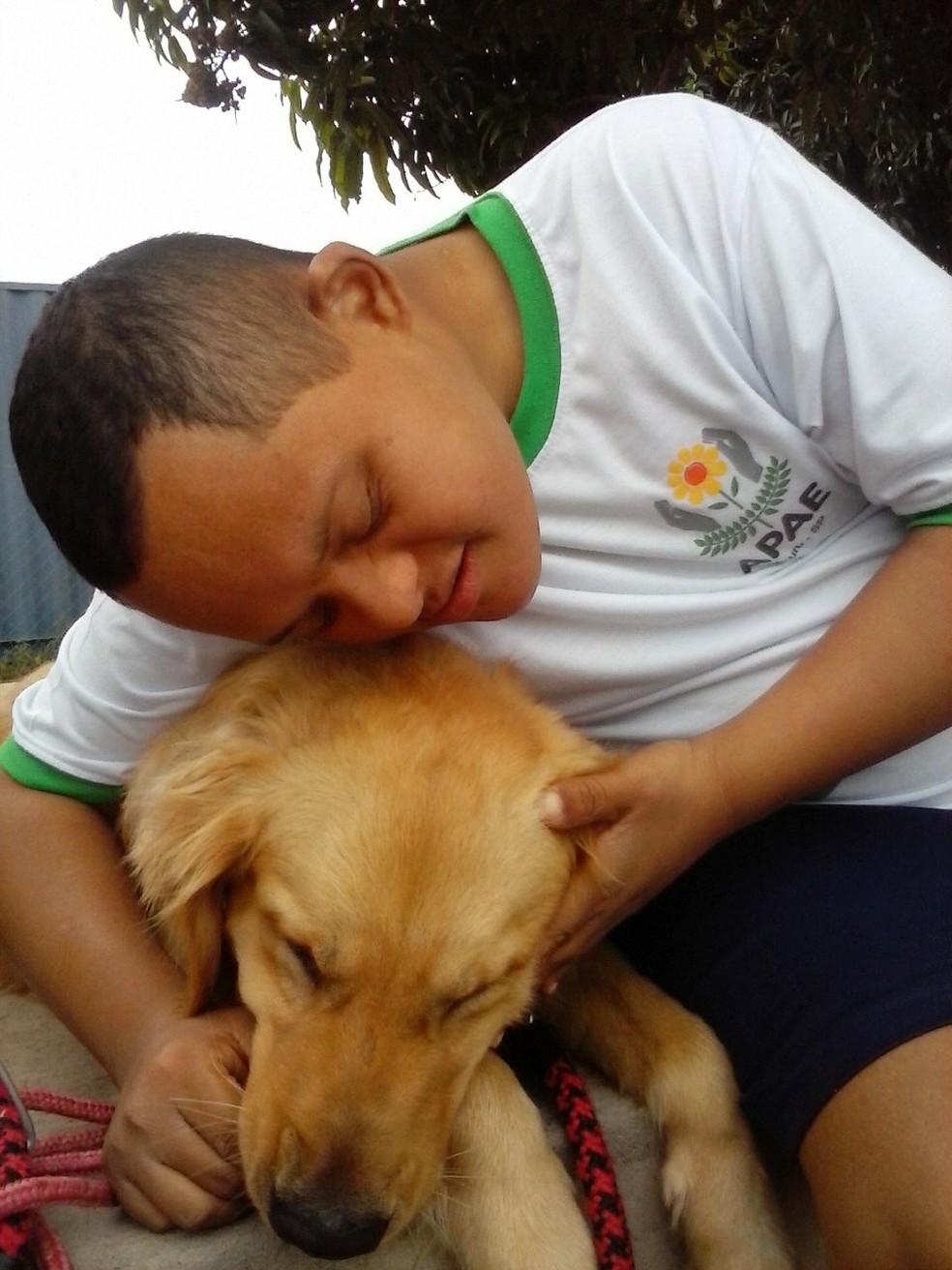 Criado em 2010, projeto Pet Terapia ajuda alunos da Apae Bauru a se expressar melhor, além de estimular os sentidos como o tato (Foto: Divulgação)