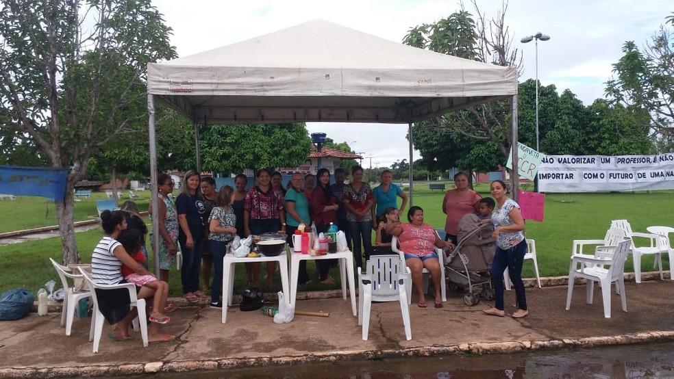 Professores estão paralisados em frente a Prefeitura de Riachinho — Foto: Divulgação