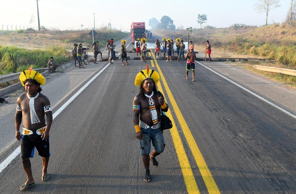 17 de agosto - Kayapós bloqueiam a rodovia federal BR-163, em protesto contra as medidas do governo nas terras indígenas para evitar a disseminação da doença coronavírus (COVID-19), em Novo Progresso, Pará — Foto: Lucas Landau/Reuters