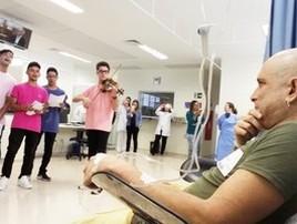 Professor chora em sessão de quimio com canções de alunos (Maiara Barbosa/G1)
