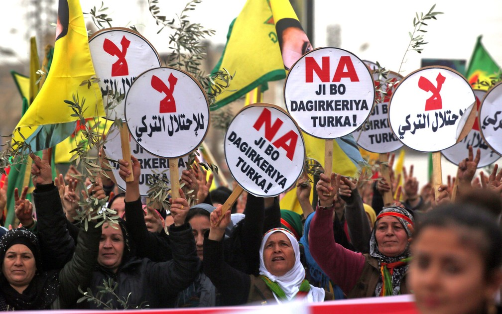 Curdos-sírios marcham durante protesto contra a ofensiva turca no enclave de Afrin, na cidade síria de Qamishli, em 2018 — Foto: Delil Souleiman/AFP