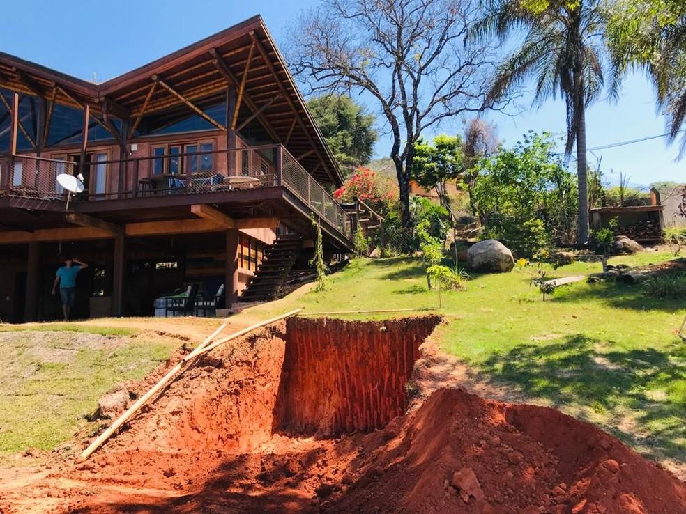 Cabana inspirada nas tocas dos hobbits começou com um buraco no morro em frente à casa de Getúlio e Meriele Sá, em Jundiaí (SP) — Foto: Arquivo pessoal