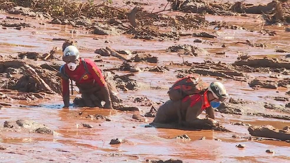 Bombeiros começaram a usar máscaras durante o trabalho de resgate das vítimas, em Brumadinho — Foto: Reprodução/TV Globo