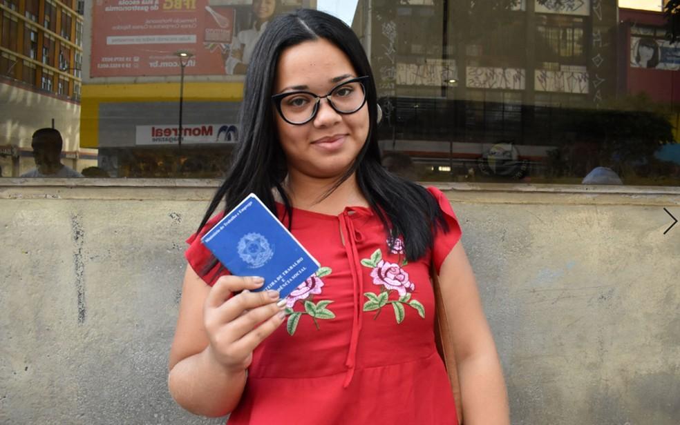 Talita Santos Neto Pereira mostra Carteira de Trabalho no Centro de Campinas — Foto: Joyce Santos/G1