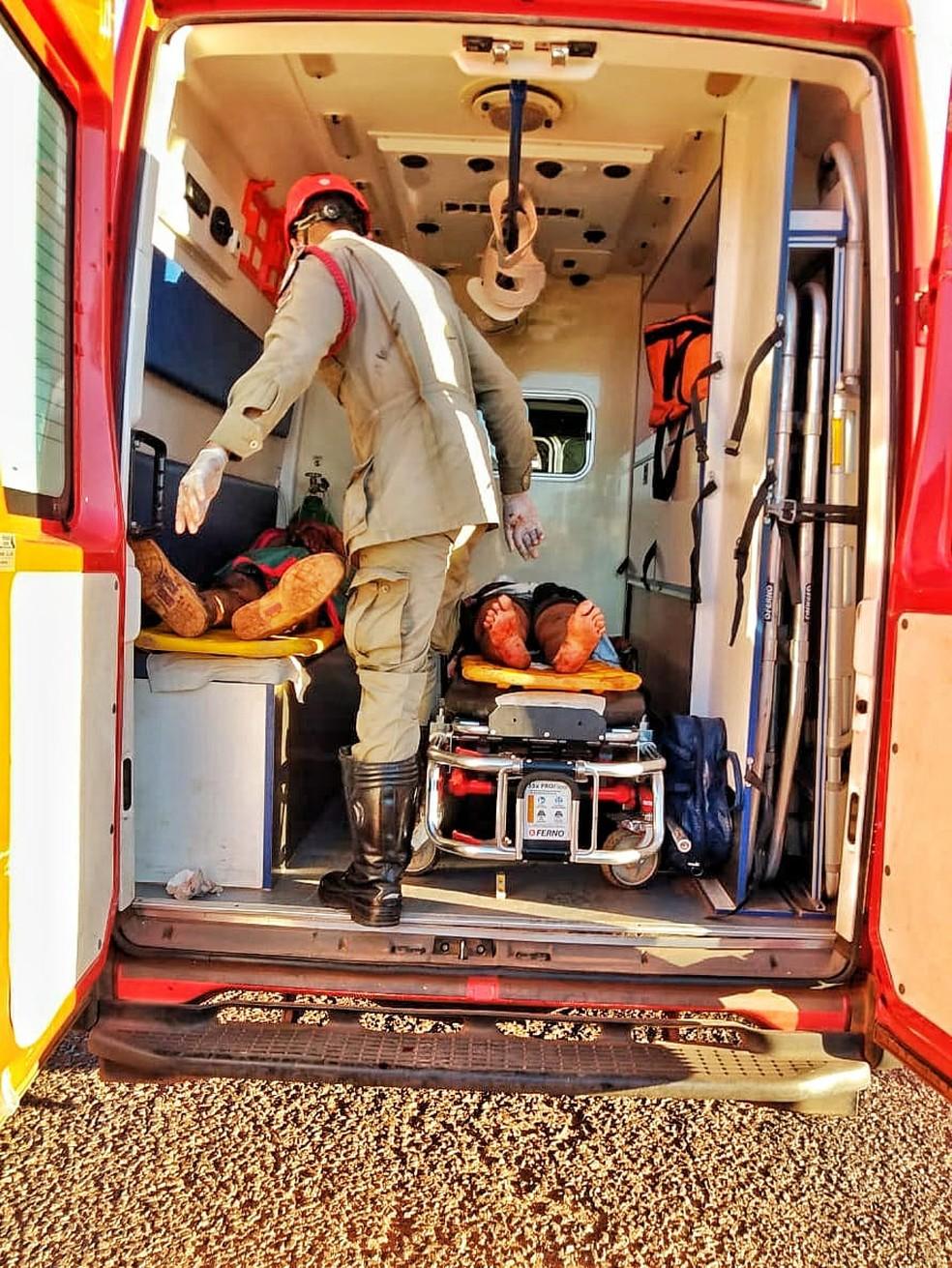 Motorista, mulher e bebê de 3 meses foram levados para o Hospital de Colinas do TO — Foto: Divulgação/Corpo de Bombeiros