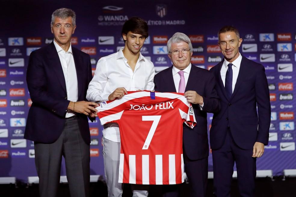 João Félix recebe a camisa 7 do Atlético de Madrid na apresentação oficial — Foto: EFE/Juan Carlos Hidalgo