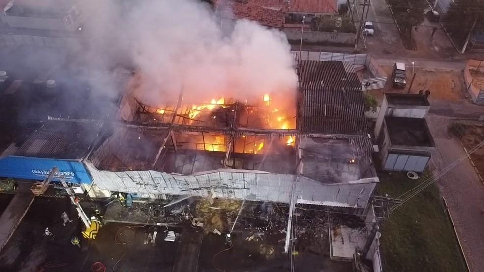 Incêndio atingiu depósito e loja de frutas na Ceasa, em Natal — Foto: Jipe Turismo
