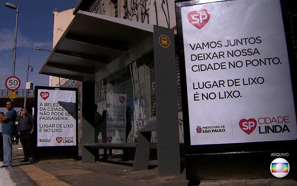 Cartazes com o símbolo do programa Cidade Linda em ponto de ônibus de São Paulo (Foto: TV Globo/Reprodução)