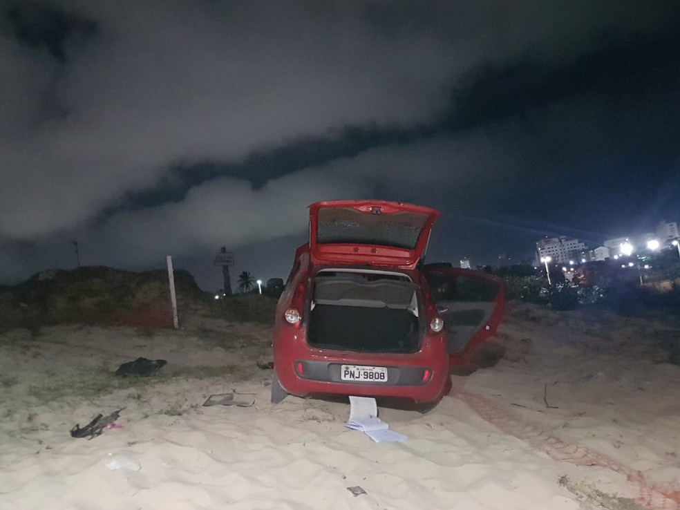 A polícia constatou que o carro utilizado era roubado e estava com a placa adulterada. — Foto: Rafaela Duarte/SVM