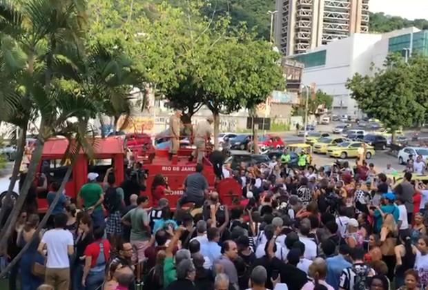 Corpo de Beth Carvalho é levado em carro do Corpo de Bombeiros (Foto: QUEM)