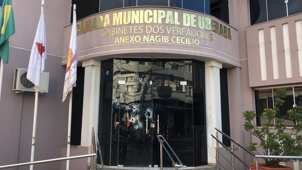 Vidros do prédio do gabinete dos vereadores, na Rua Vigário Silva, também foram danificados  — Foto: Bruno Sousa/G1