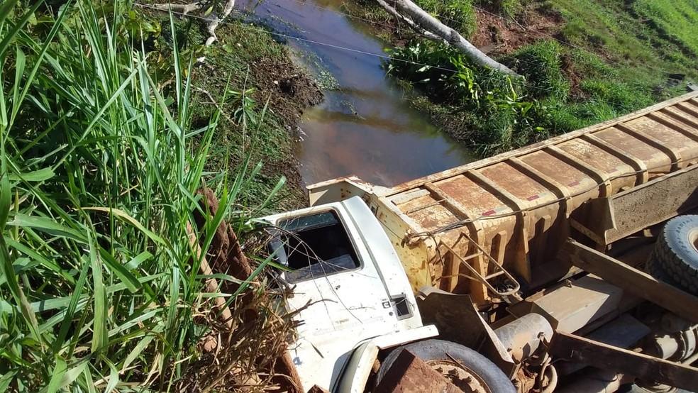 Caminhão que transportava cascalho caiu em rio após ponte ceder no último dia 7 de dezembro.  — Foto: Prefeitura Governador Jorge Teixeira/Divulgação