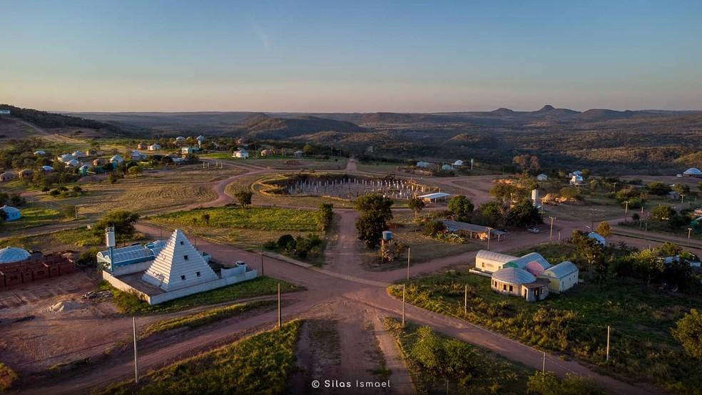 Mini monumento e maior monumento em construção — Foto: Silas Ismael