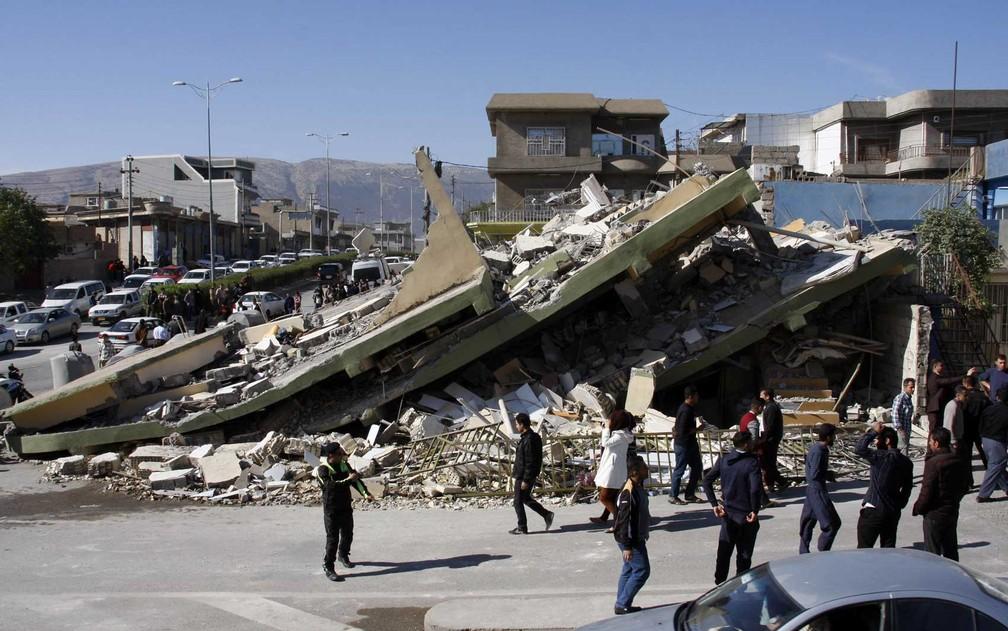 Destroços de um prédio em Darbandikhan, no Curdistão iraquiano (Foto: Shwan Mohammed / AFP Photo)
