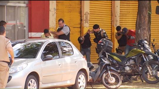 Duas pessoas são mantidas reféns em tentativa de assalto
