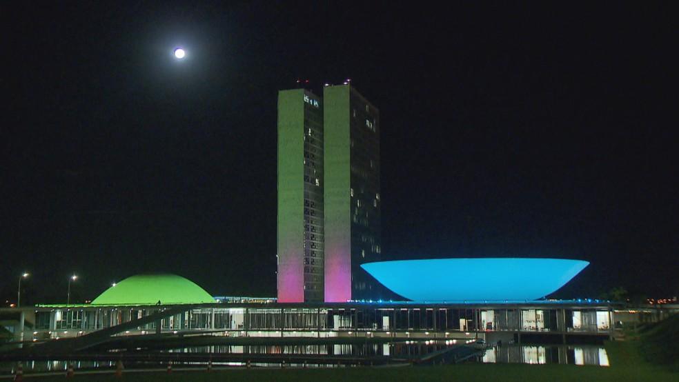 Congresso Nacional nas cores verde, rosa, azul e roxo, em homenagem ao Dia Mundial de Doenças Raras — Foto: TV Globo/Reprodução