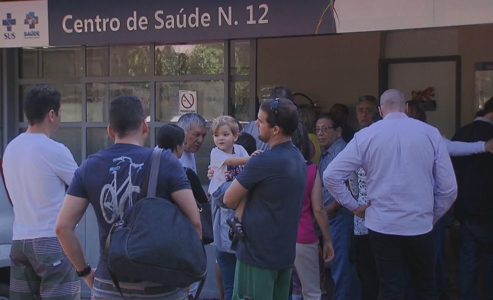 Fila de espera no Centro de Saúde nº 12, na Asa Norte, em janeiro deste ano (Foto: TV Globo/Reprodução)
