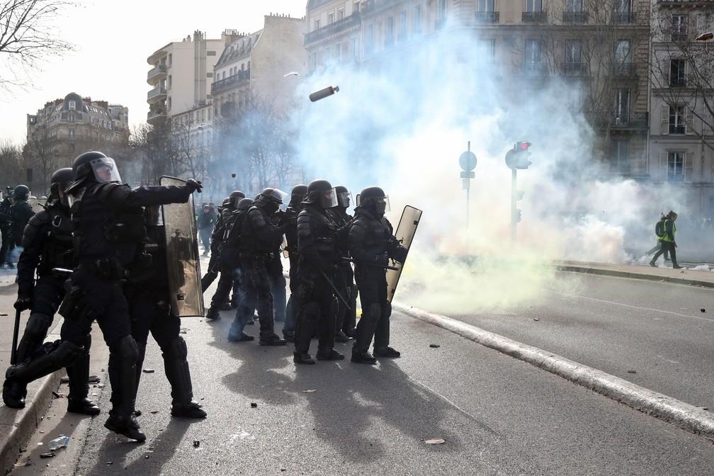 Policiais lançam bombas de gás lacrimogêneo para dispersar manifestantes em Paris, neste sábado (9)  — Foto: Zakaria Abdelkafi / AFP
