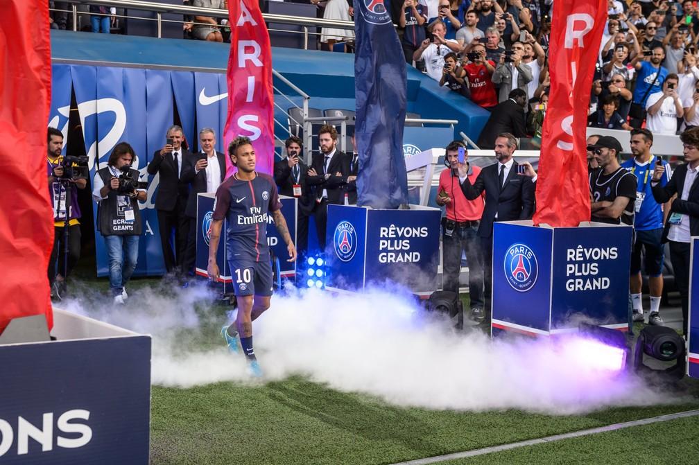 Neymar entra em campo em grande estilo (Foto: EFE/EPA/CHRISTOPHE PETIT TESSON)