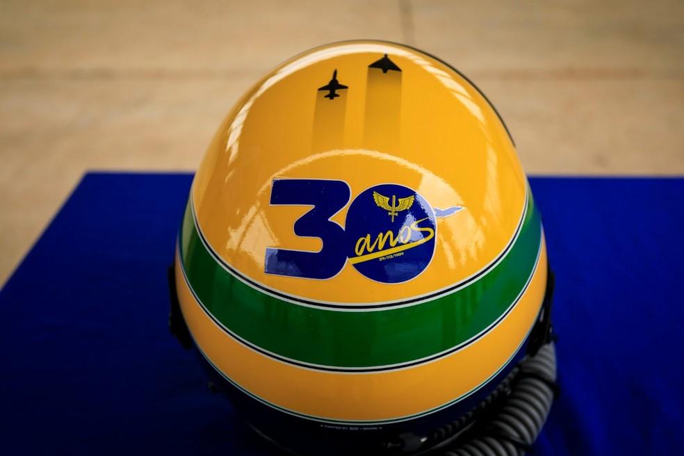 Capacete especial com dois aviões grafados no topo do seu icônico casco — Foto: Divulgação/Instituto Ayrton Senna