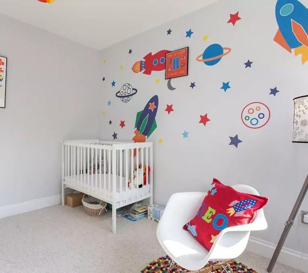 A parede decorada com foguetes é o charme desse quarto infantil em uma casa em Londres (Foto: Reprodução / Airbnb)