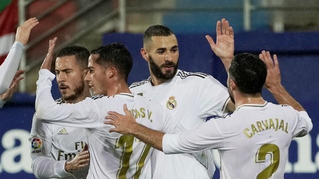 Benzema comemora o segundo gol marcado diante do, Eibar