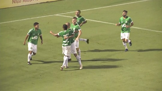 Auxiliar da Chape valoriza entrega da equipe em vitória no último minuto de jogo