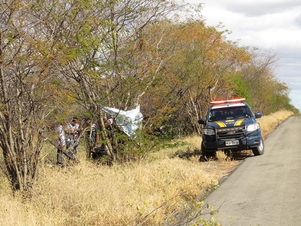 Jovens de 17 e 18 anos morrem após moto colidir com árvore enquanto voltavam de festa junina na Bahia — Foto: Edivaldo Braga/Blogbraga