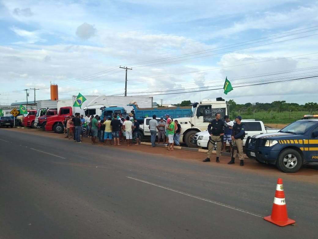 Caminhoneiros fazem segundo dia de protesto contra aumento do combustível na BR-174, em Boa Vista