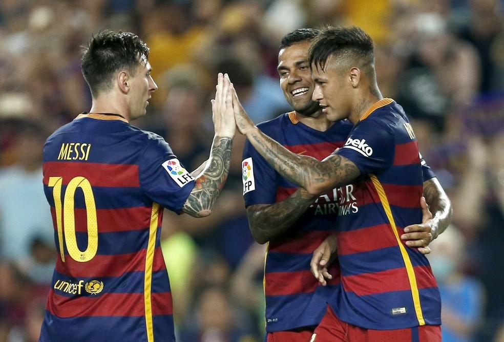 """Daniel Alves diz que jogar com Neymar é como jogar com Messi: """"Se perdem a bola, nós corremos para recuperá-la e devolver a eles"""" — Foto: EFE"""