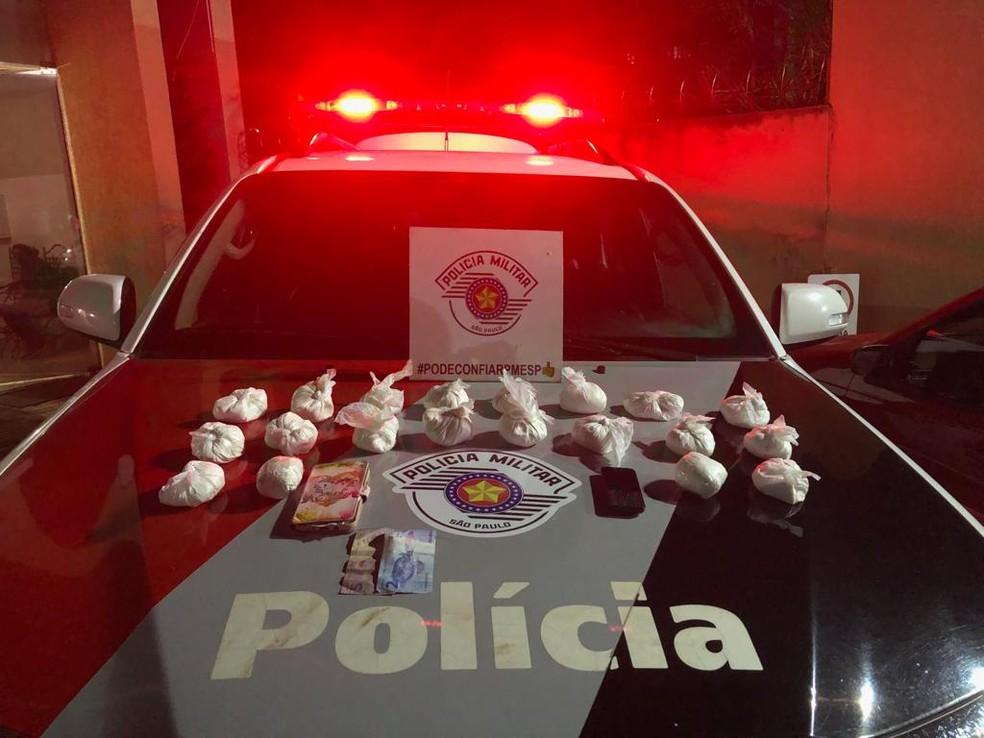 A Polícia Militar apreendeu 20 pacotes de cocaína que estava na mochila de um casal em Ourinhos (SP).  — Foto: Polícia Militar / Divulgação