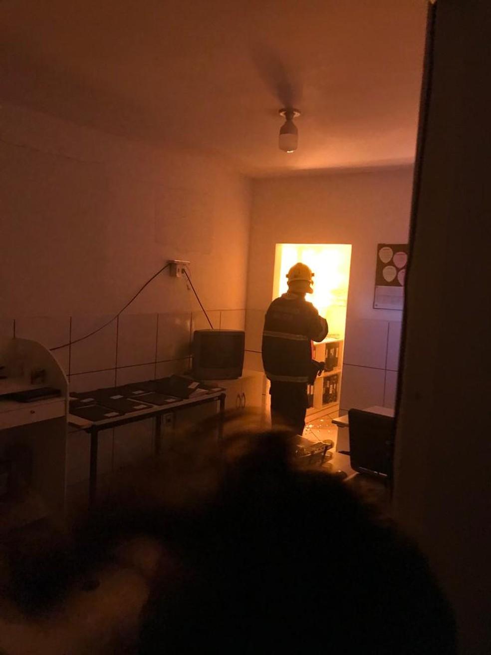 Bombeiros usaram 12 mil litros de água para conter as chamas — Foto: DEAP/ Divulgação