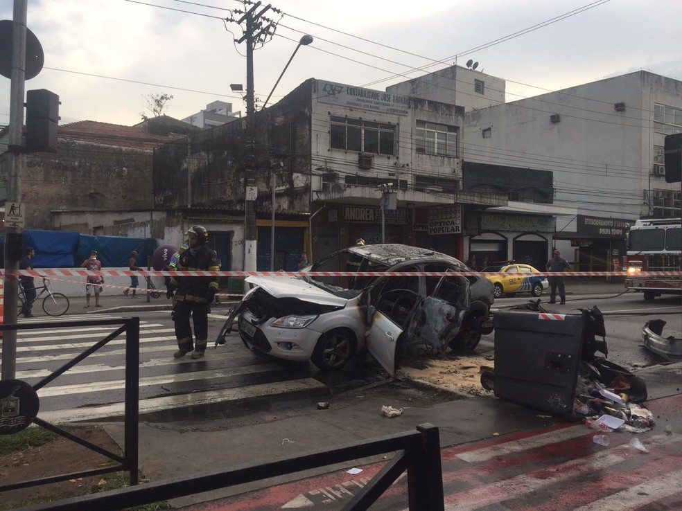 Carro é queimado na Rua João Pessoa (Foto: Andressa Barboza/G1)