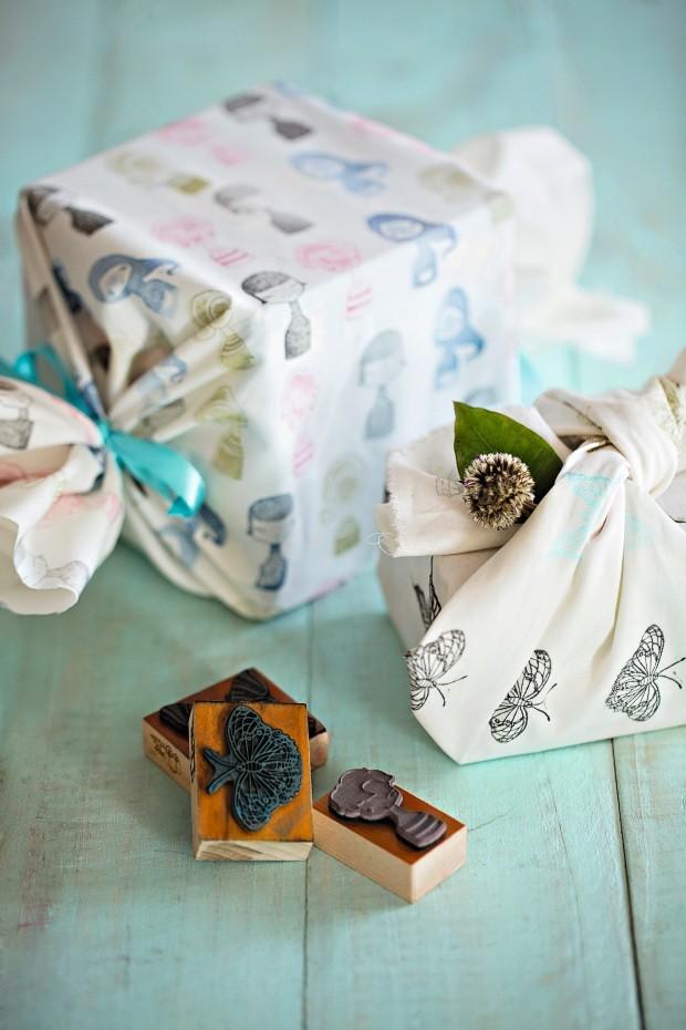 Fino pano. Carimbos comuns da Veio na Mala embelezam toalhinhas e embrulhos de presente (Foto: Elisa Correa / Editora Globo)