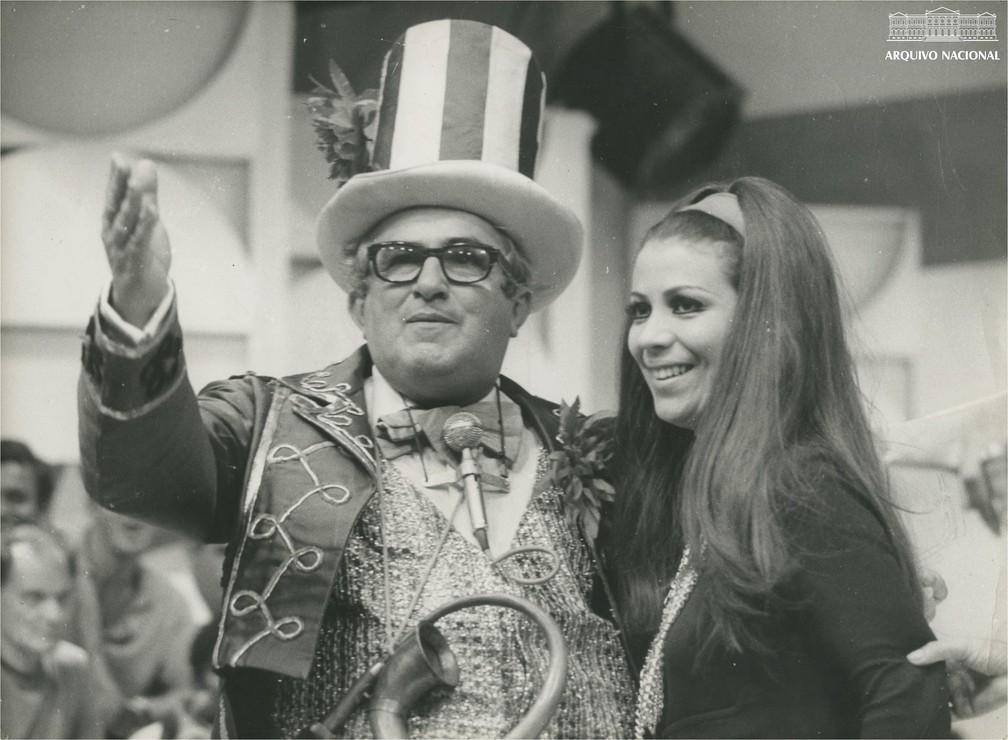 Chacrinha e Beth Carvalho — Foto: Arquivo Nacional