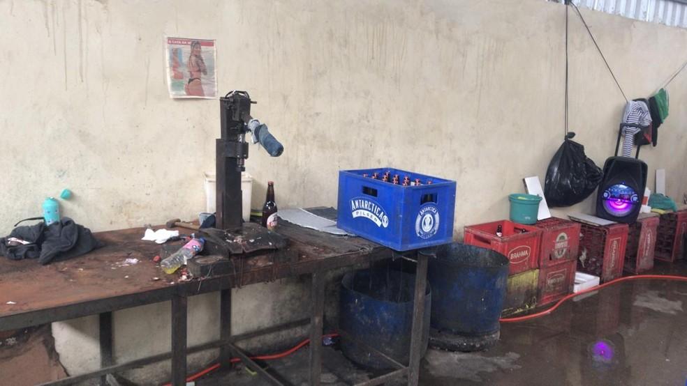 Fábrica de bebidas foi alvo de operação da Polícia Civil nesta quarta-feira em Guaratiba — Foto: Reprodução/Arquivo Pessoal