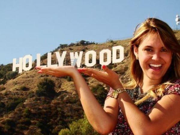 Sarah teve vários empregos quando morou em Los Angeles aos 19 anos de idade, como motorista de aplicativo, babá, figuração em TV e assessora de alguns influencers (Foto: Reprodução)