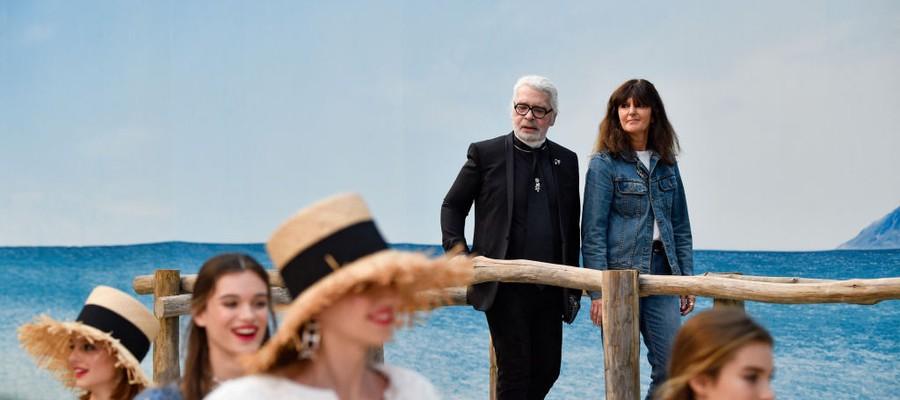 Virginie Variard (à dir. na foto) supervisiona desfile ao lado de Karl Lagerfeld (Foto: Getty Images)