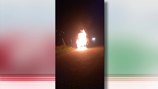 Carro pega fogo próximo à estação de trem de Lídice, em Rio Claro, RJ