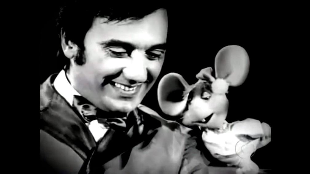 Agildo Ribeiro contracena com o ratinho Topo Gigio em programa infantil da década de 1960 (Foto: Reprodução)