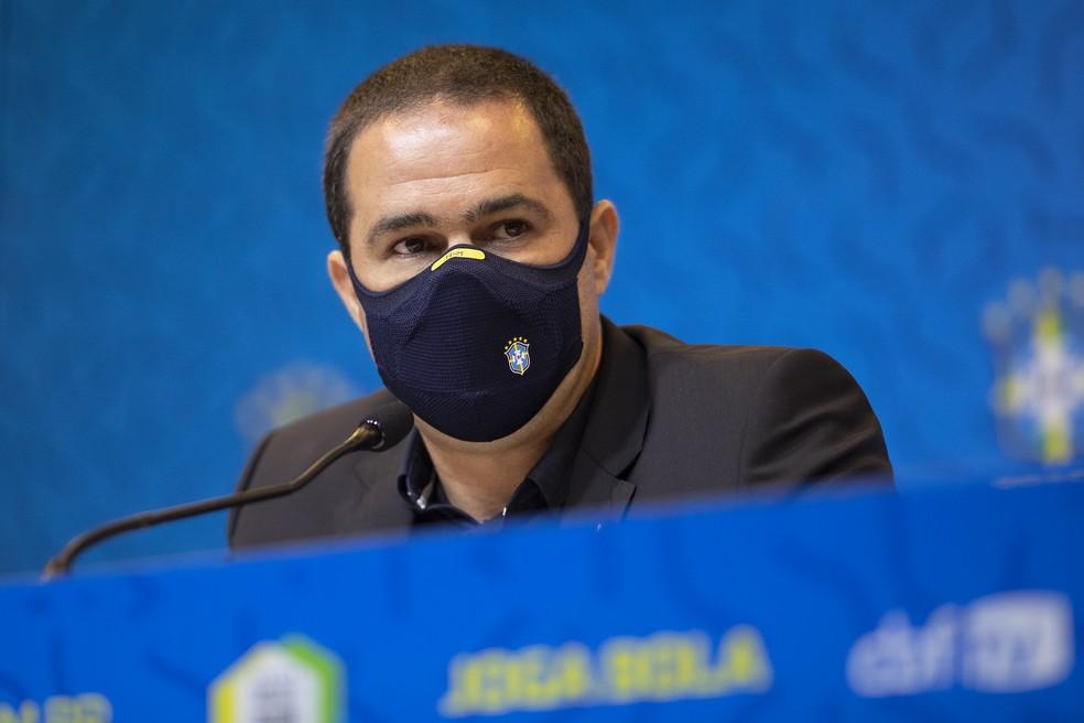André Jardine de máscara na convocação da seleção brasileira olímpica — Foto: Lucas Figueiredo/CBF